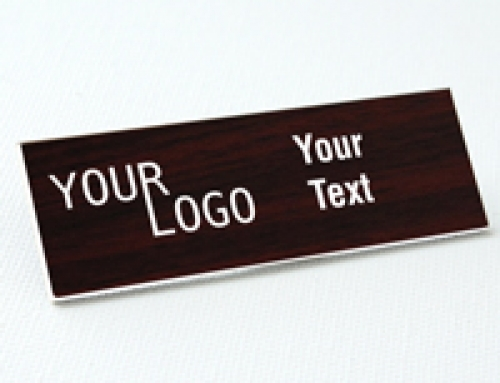 Name tag – engraved plastic Cherry / White – square corners – magnetic