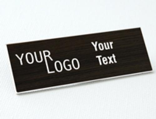 Name tag – engraved plastic Kona / White – square corners – magnetic